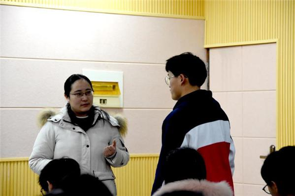 1狄秀林老师在课堂上与学生互动.jpg