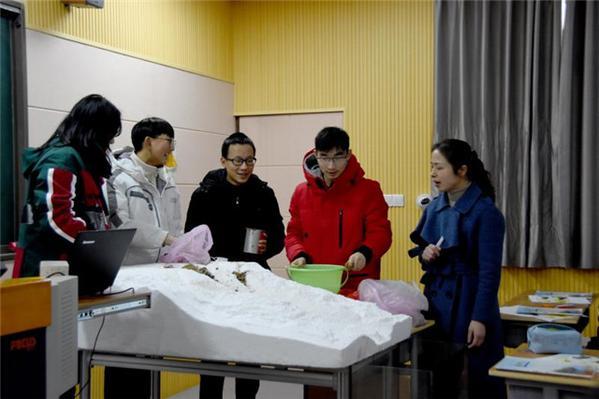 2何雷鸣老师组织同学做课堂实验.jpg