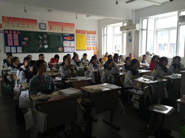 市中学生在聆听宣讲.jpg