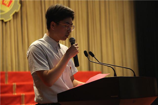 7校团委组织委员刘毅然老师主持入团仪式.jpg