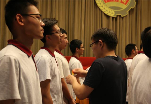 8校团委副书记李扬为学生佩戴团徽、赠送团章.jpg
