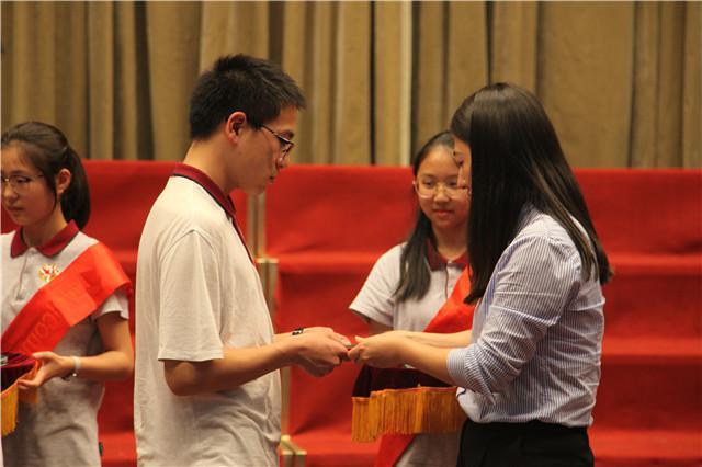 8校团委书记贡丹为学生佩戴团徽、赠送团章.jpg