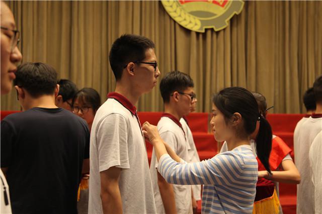 8校团委副书记夏梅花为学生佩戴团徽、赠送团章.jpg