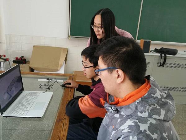狄秀林老师在指导学生用sketch up制图.jpg