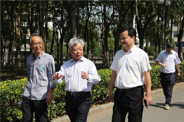 12杨校长陪同金立群先生参观校园.jpg
